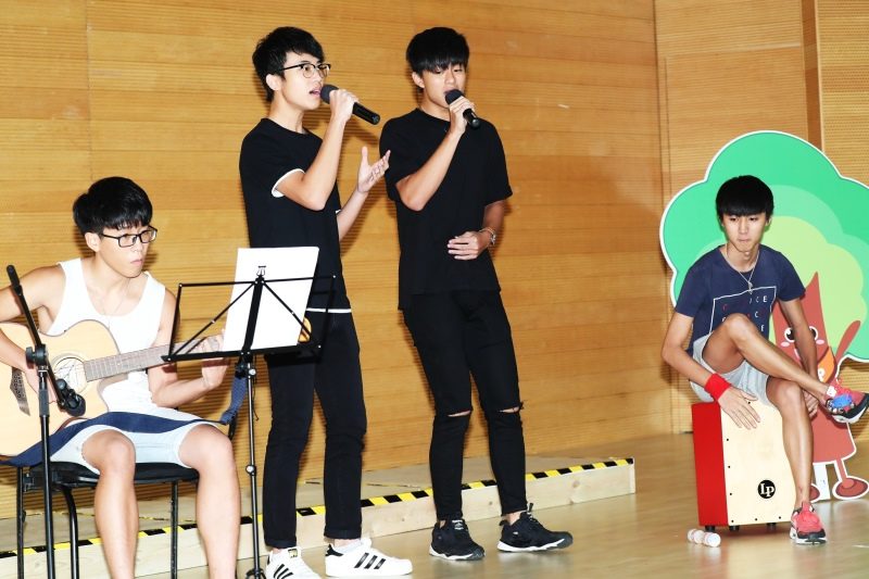 TAP aims for young people to learn more about trees, so naturally they played a key role in the launch ceremony. The photo shows a few secondary students singing the theme song of TAP at the event.
